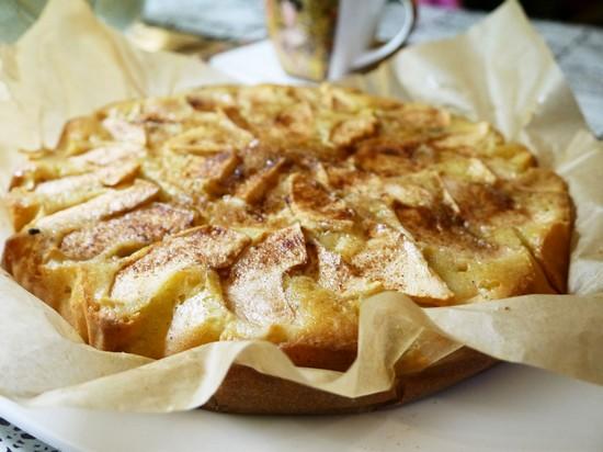 Шарлотка на кефире с яблоками в духовке