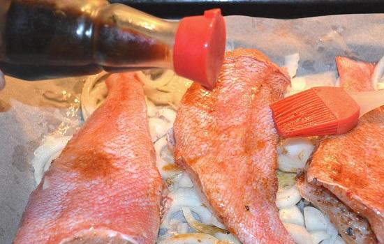 Полейте рыбку соевым соусом