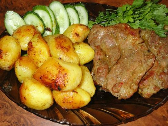 Запеките свинину с картошкой