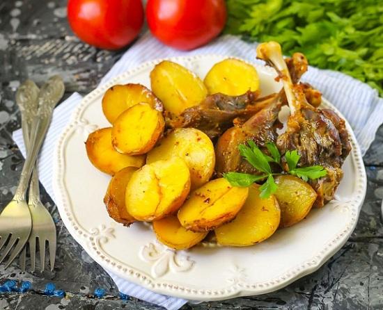 Утка, запеченная в духовке с картошкой