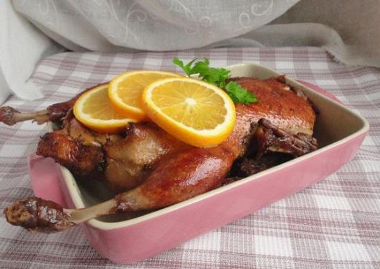 Утка в фольге в духовке – вкусненькая, ароматная, аппетитная!