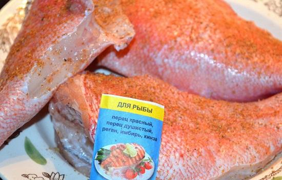 рыбу специями