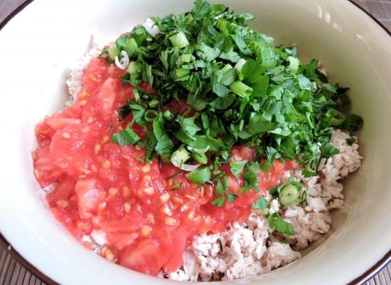 измельченное мясо, томаты и зелень